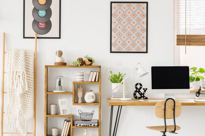 Couverture confortable sur une échelle, une bibliothèque en bois avec des décorations et photographie stock libre de droits