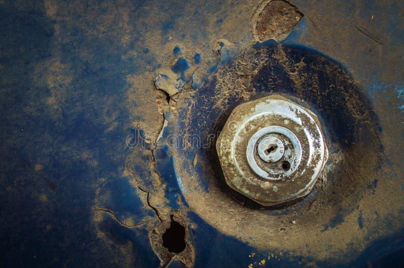 Couverture d'huile de réservoir de carburant de voiture, vieille voiture rouillée grunge Plan rapproché images libres de droits