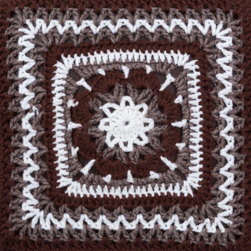 Couverture d'isolement sur le blanc Couverture tricotée faite main colorée crocheted photos stock