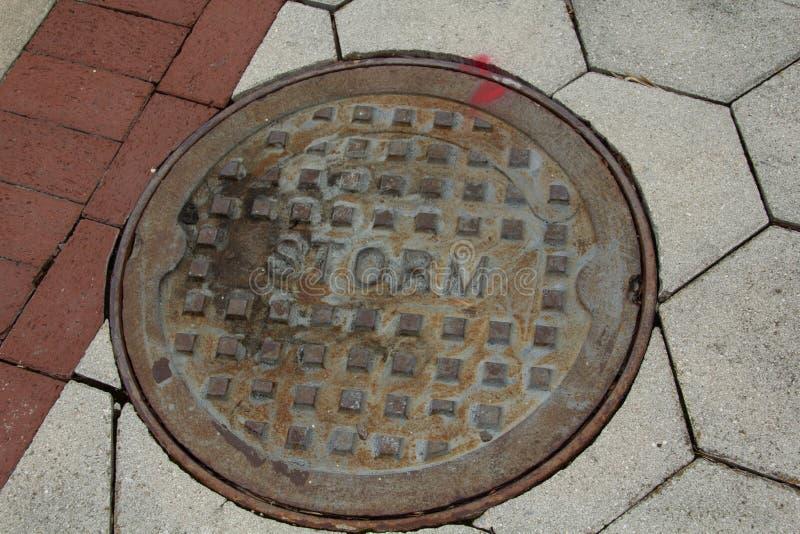 Couverture de drain de tempête dans le trottoir photos libres de droits