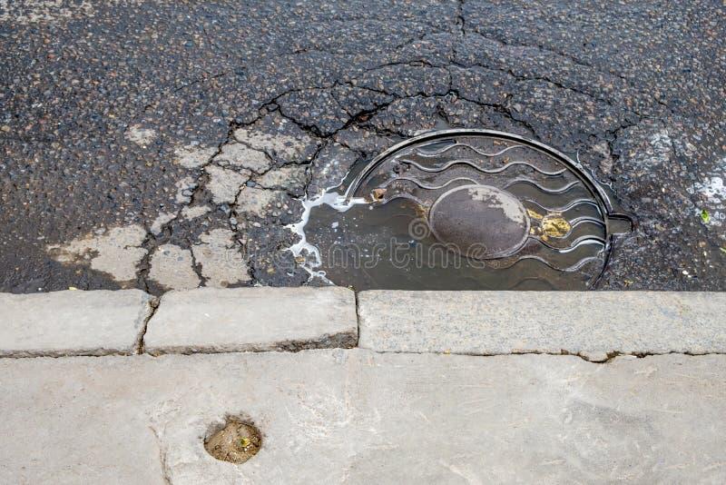 Couverture de drain de trou d'homme sur des rues de Moscou Russie image stock