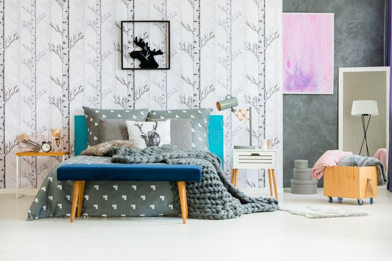 Couverture de laine dans la chambre à coucher naturelle photo libre de droits