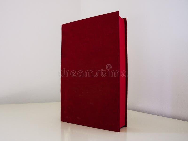 Couverture de livre rouge-foncé images stock