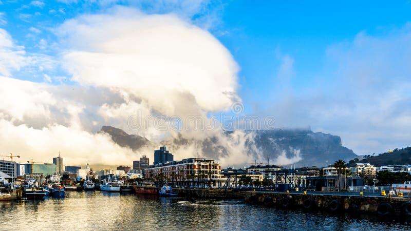 Couverture de nuage au-dessus de montagne de Tableau comme vu de Victoria et d'Albert Waterfront images libres de droits
