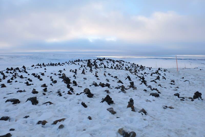 Couverture de paysage de toundra avec la neige en hiver tôt sur le chemin de images libres de droits