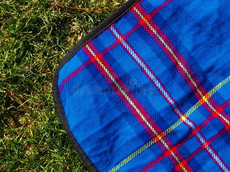 Couverture de pique-nique sur la pelouse images stock
