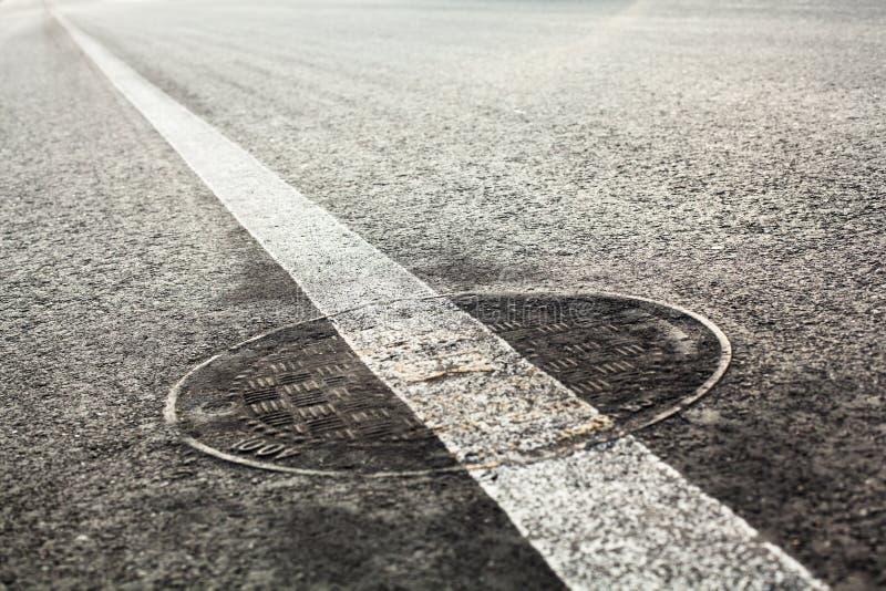 Couverture de trou d'homme sur la route images libres de droits