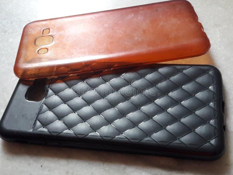 Couverture mobile d'accessoires d'or de Samsung j7prime et de couverture noire photographie stock libre de droits