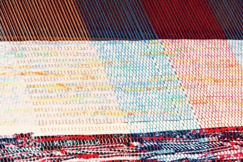 Couverture multicolore tissant sur un métier à tisser image libre de droits