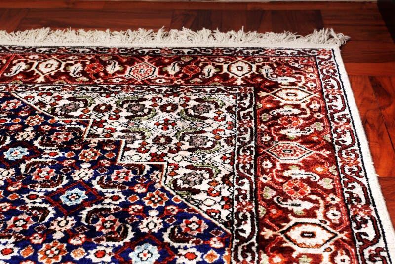 Couverture orientale persane sur le plancher en bois image stock