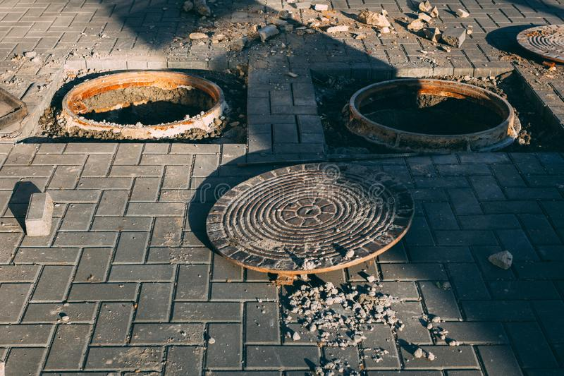 Couverture ouverte dangereuse de trou de trou d'homme Travaux de construction image libre de droits
