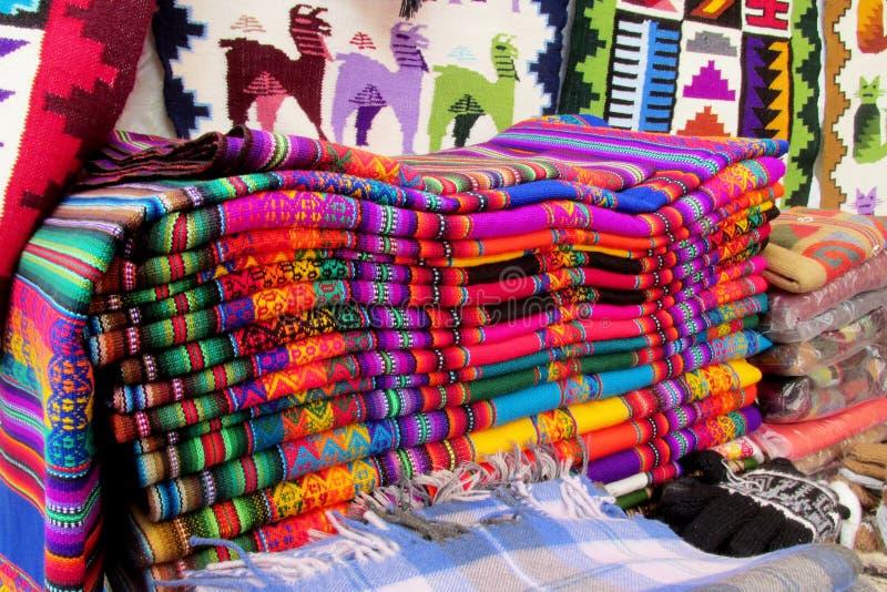 Couverture quechua traditionnelle de textil de souvenir photographie stock libre de droits