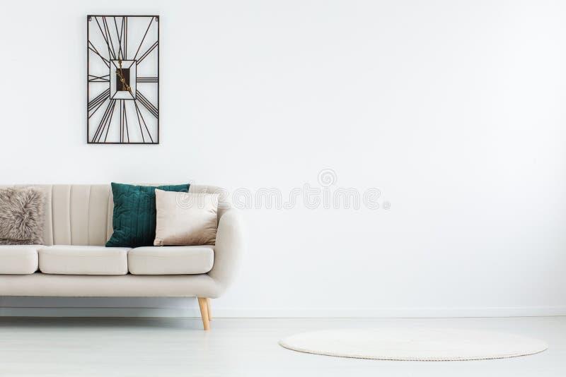 Couverture ronde dans la chambre vide photographie stock
