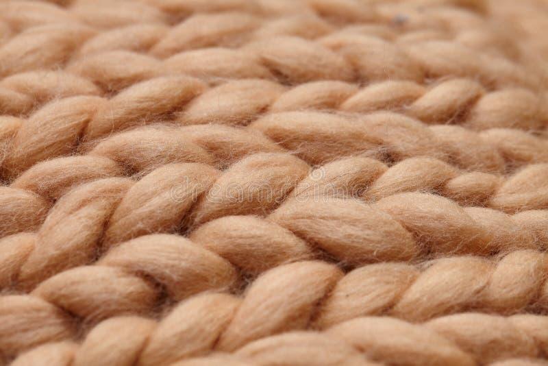 Couverture tricot?e faite main de laine de Merino grande, fil volumineux superbe, concept ? la mode Plan rapproch? de couverture  photo libre de droits