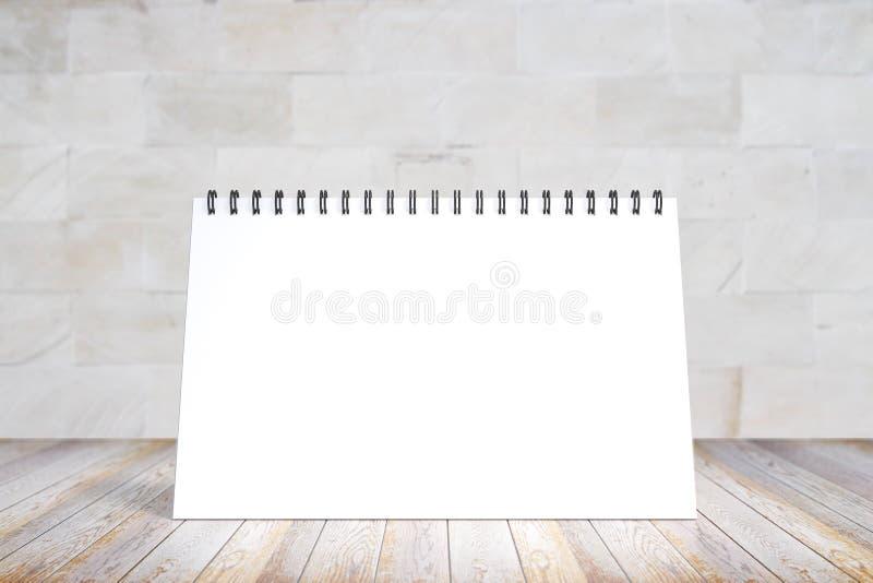 Couverture vide de journal intime sur la table en bois illustration stock
