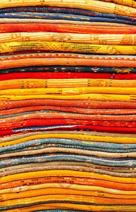 Couvertures colorées faites main dans des tons vibrants à vendre dans le souke de la Médina photos stock