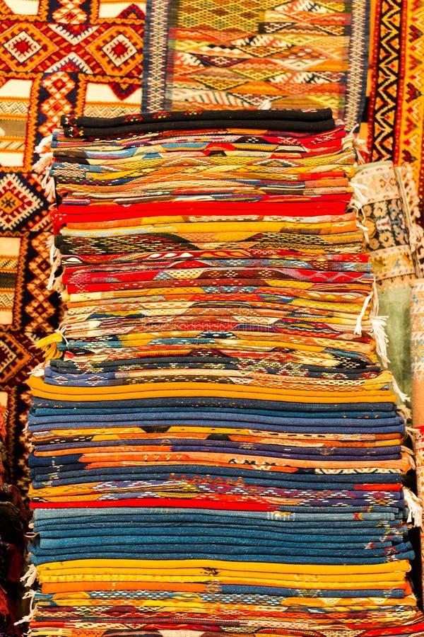 Couvertures colorées faites main dans des tons vibrants à vendre dans le souke de la Médina image libre de droits