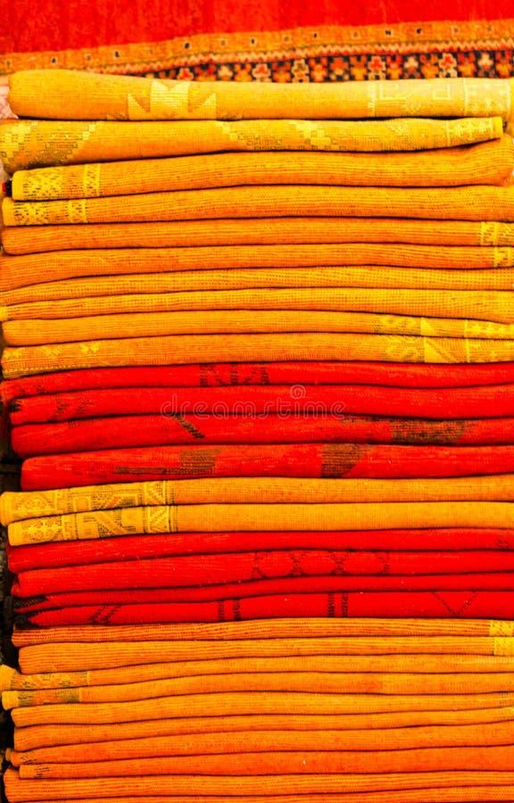 Couvertures colorées faites main dans des tons vibrants à vendre dans le souke de la Médina photo libre de droits