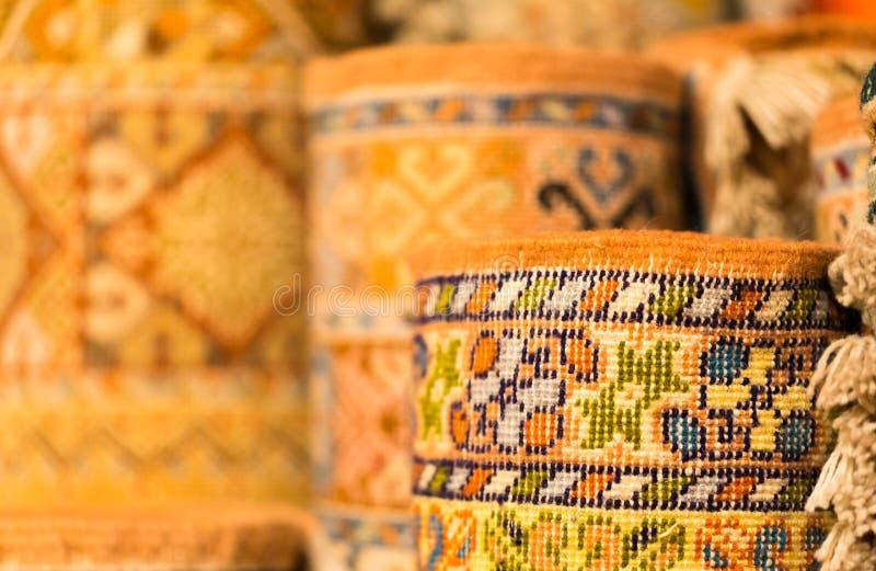 Couvertures colorées faites main dans des tons vibrants à vendre dans le souke de media photos stock