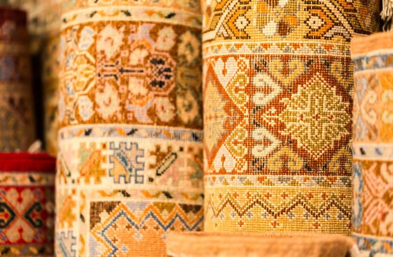 Couvertures colorées faites main dans des tons vibrants à vendre dans le souke de media image libre de droits