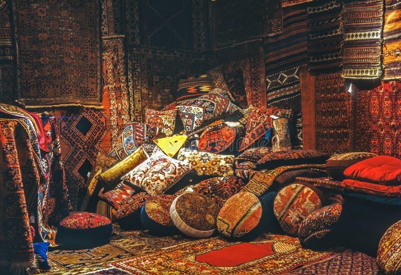 Couvertures et oreillers orientaux image libre de droits