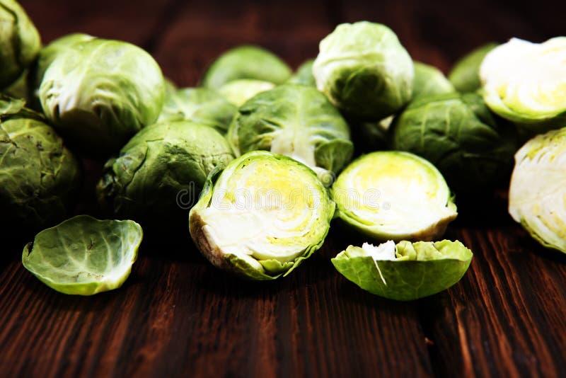 Couves de Bruxelas orgânicas Dieta equilibrada antioxidante que come com couve-de-bruxelas imagem de stock royalty free