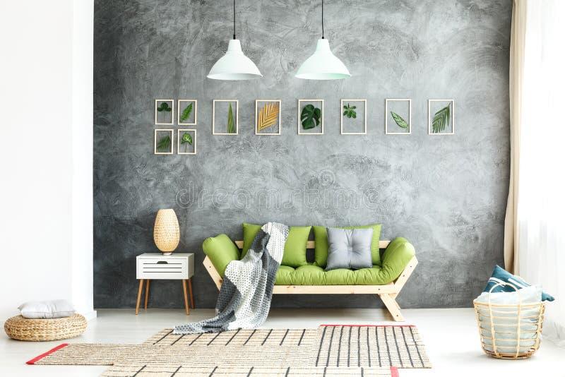 Couvrant tricoté sur le sofa en bois photographie stock libre de droits