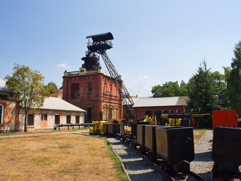 Couvre-chef et bâtiments historiques de mine de fer images stock