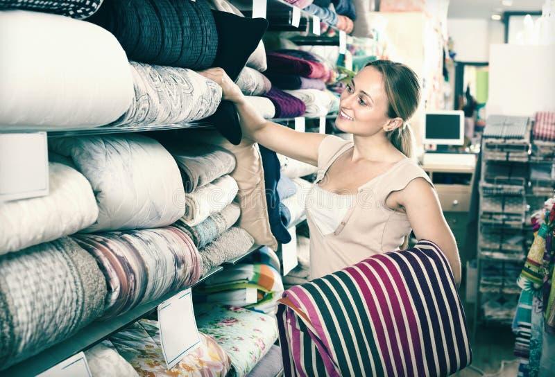 Couvre-lit de textile de cueillette de cliente de femme photographie stock