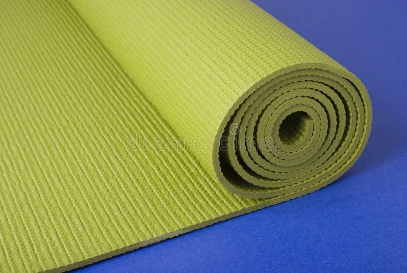 Couvre-tapis de yoga sur le bleu photo stock