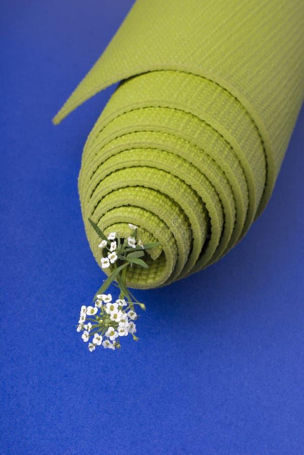 Couvre-tapis de yoga sur le bleu photographie stock