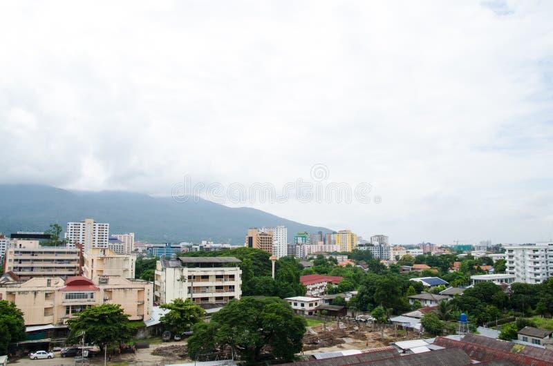 Couvrez le dessus de la ville chez Chiangmai le long du nuage de ciel ensoleillé photographie stock libre de droits
