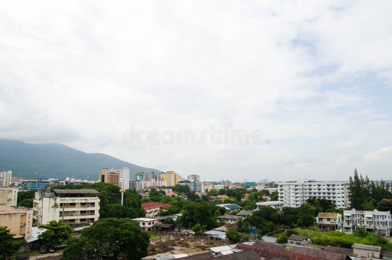 Couvrez le dessus de la ville chez Chiangmai le long du nuage de ciel ensoleillé image libre de droits