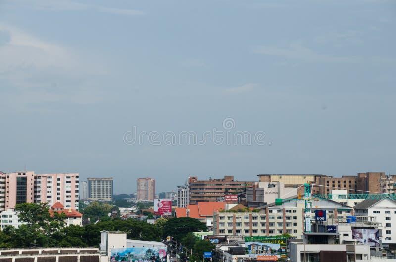 Couvrez le dessus de la ville chez Chiangmai le long du nuage de ciel ensoleillé image stock