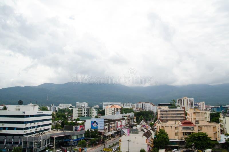 Couvrez le dessus de la ville chez Chiangmai le long du nuage de ciel ensoleillé photo stock