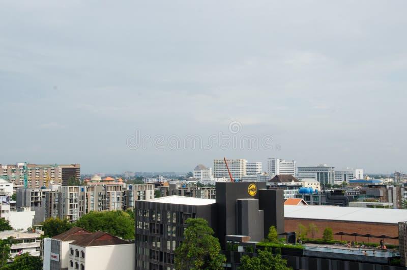 Couvrez le dessus de la ville chez Chiangmai le long du nuage de ciel ensoleillé photographie stock