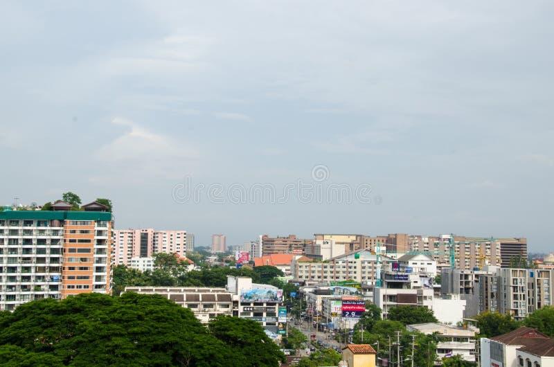 Couvrez le dessus de la ville chez Chiangmai le long du nuage de ciel ensoleillé images stock