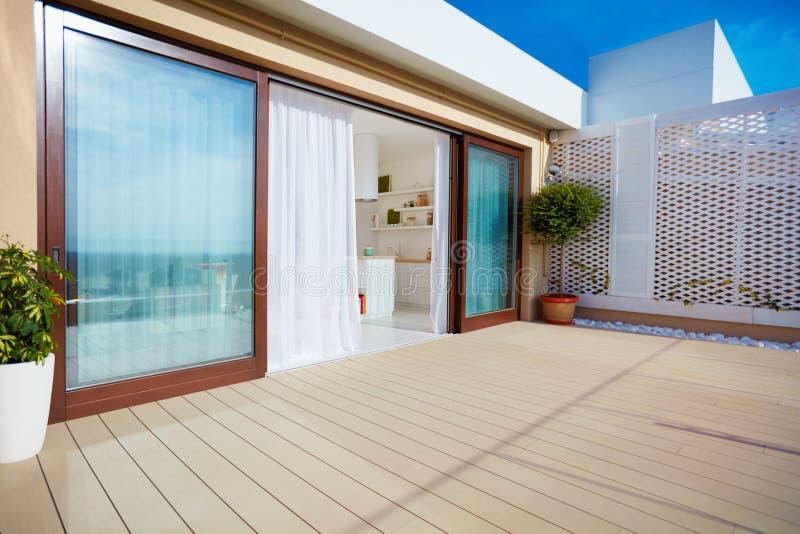 Couvrez le patio supérieur de cuisine de l'espace ouvert, de portes coulissantes et de decking sur le plancher supérieur images stock