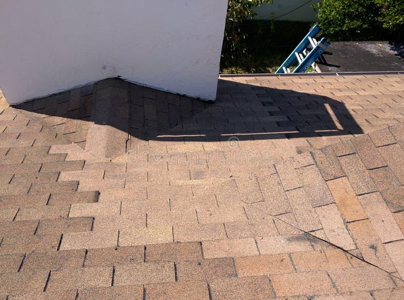 Couvrez les réparations de fuite et une reconstruction de cricket sur le toit résidentiel de bardeau image libre de droits