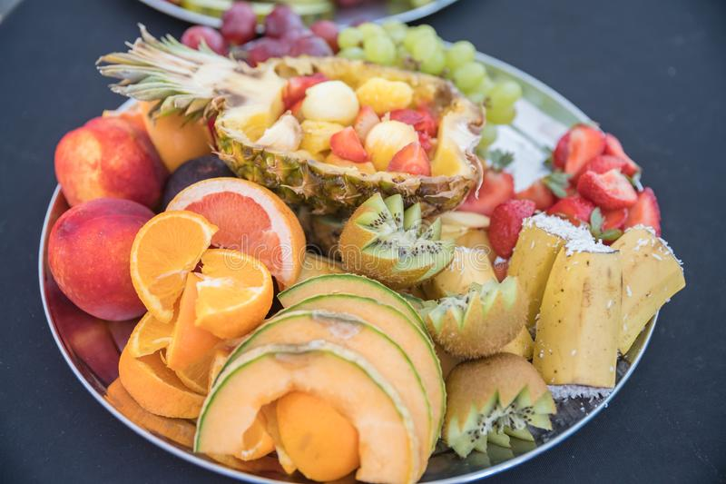 Couvrir la fête d'anniversaire, mariage, événement Griller la viande, maïs, hamburger, saucisse, tournesol, légumes Plats de frui photo libre de droits