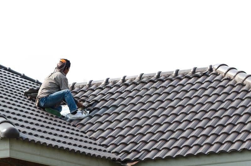 Couvrir - travailleur de la construction le tenant sur une bâche de toit esprit photo stock