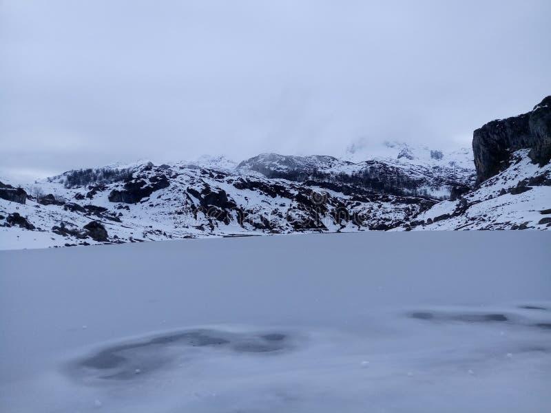 Covadonga Lakes i Asturias royaltyfri fotografi