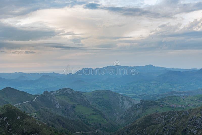 Covadonga Lakes i den Picos de Europa nationalparken, Asturias, Spanien royaltyfri fotografi