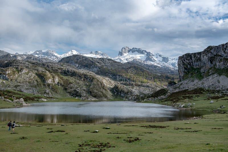 Covadonga Lakes i den Picos de Europa nationalparken, Asturias, Spanien royaltyfri foto