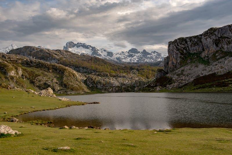 Covadonga Lakes i den Picos de Europa nationalparken, Asturias, Spanien royaltyfria foton