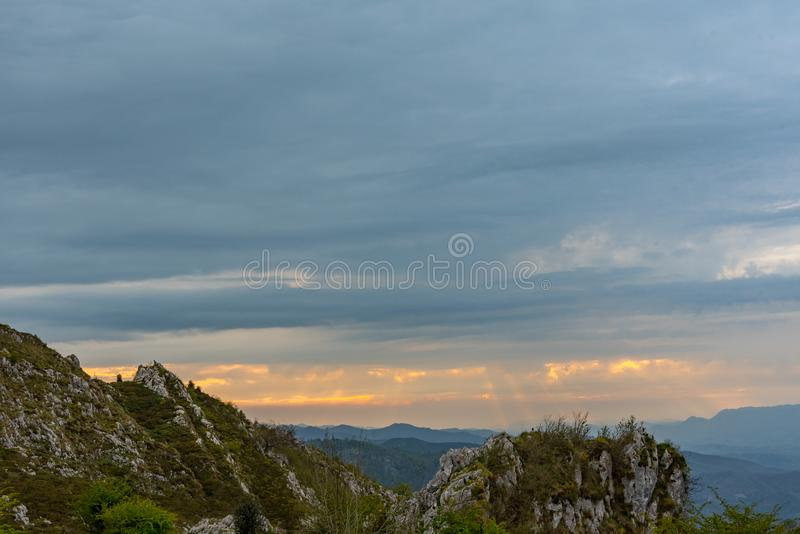 Covadonga Lakes i den Picos de Europa nationalparken, Asturias, Spanien arkivbilder