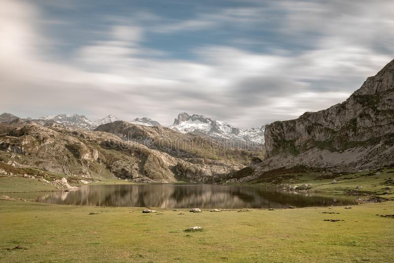Covadonga Lakes i den Picos de Europa nationalparken, Asturias, Spanien arkivfoto