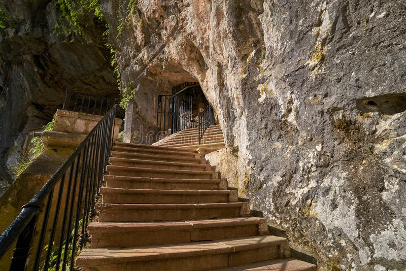 Covadonga Santa Cave un sanctuaire catholique Asturies image stock