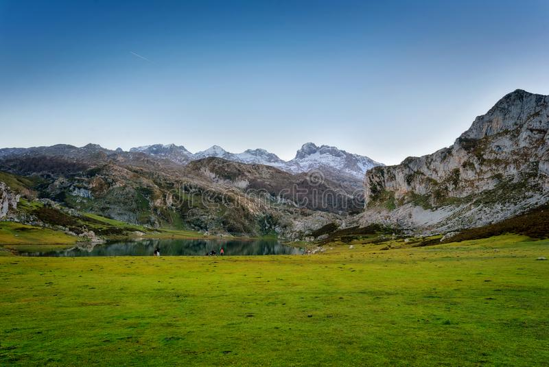 Covadonga Seen gestalten an der Dämmerung, Asturien Spanien landschaftlich lizenzfreies stockbild