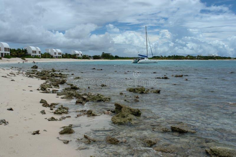 Covecastles wille na plaży, tłumu Podpalany zachód, Anguilla, Brytyjscy Zachodni Indies, BWI, Karaiby obraz royalty free